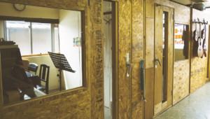 自然光が差し込み温かみのあるレッスン室