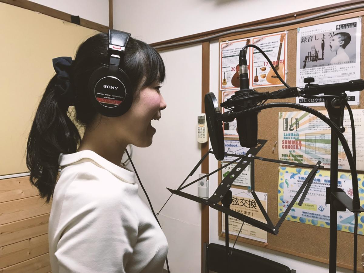 ボーカル録音中の松本真奈先生